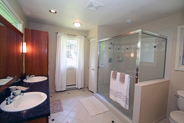 3512 SW Willamette Avenue Corvallis Oregon-- Master Bath