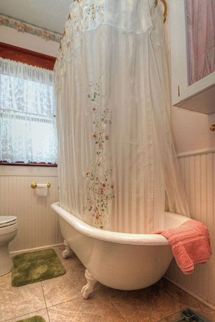 Extra Deep Clawfoot Tub. 826 9th Avenue SW Albany Oregon 97321 Claw Foot Tub Vintage Home for Sale