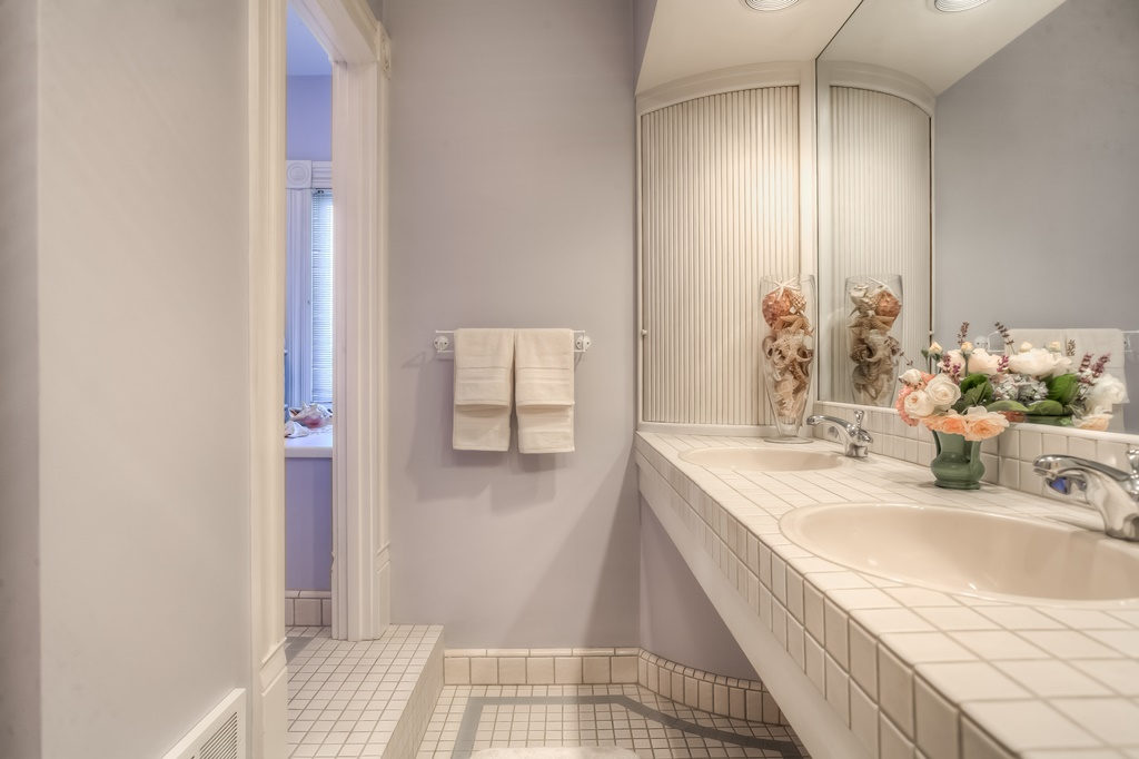 206 NW 8th Street, Corvallis, Oregon-Master bath