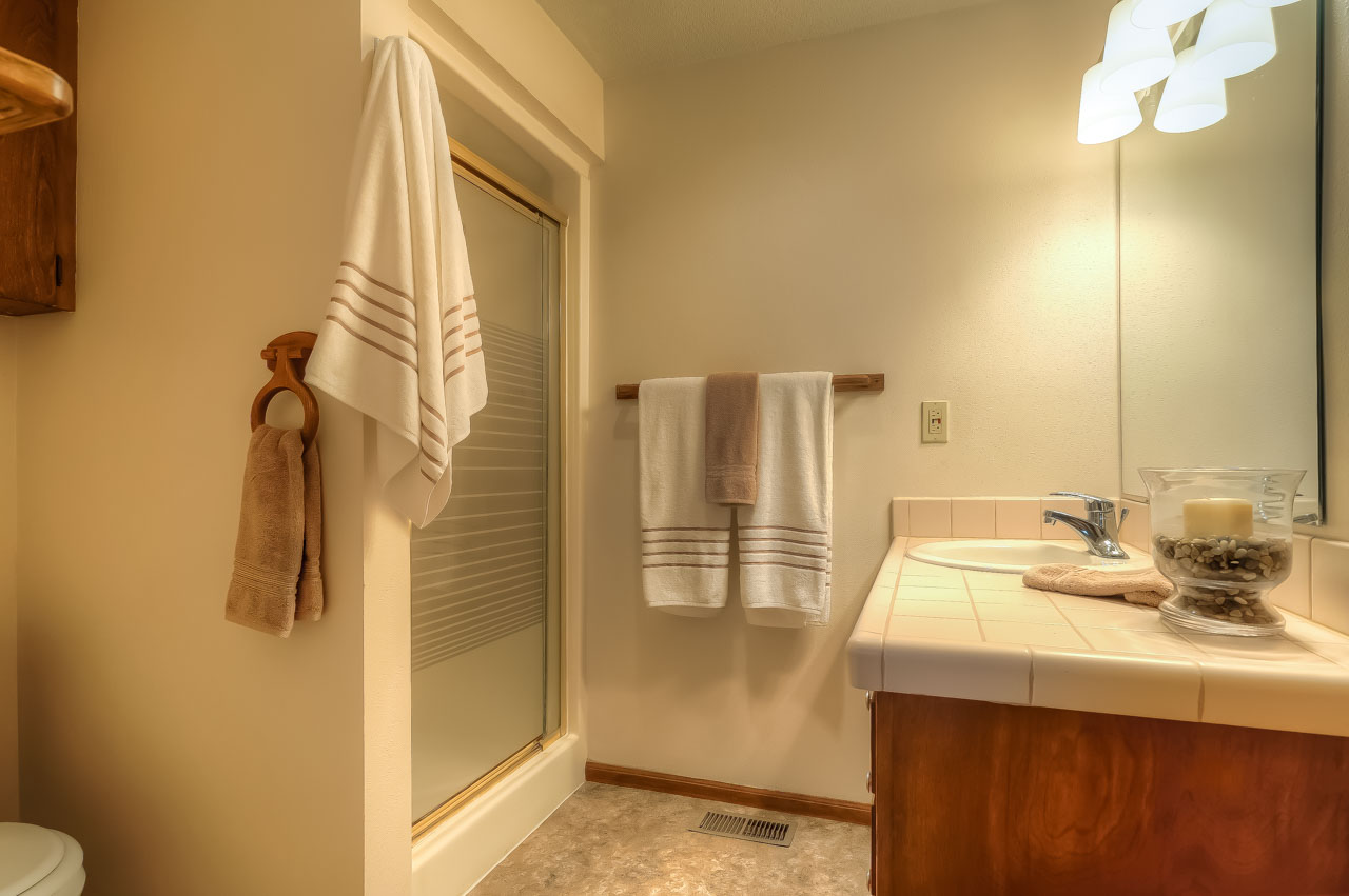 720 SW 56th Street Corvallis-- Master Bathroom