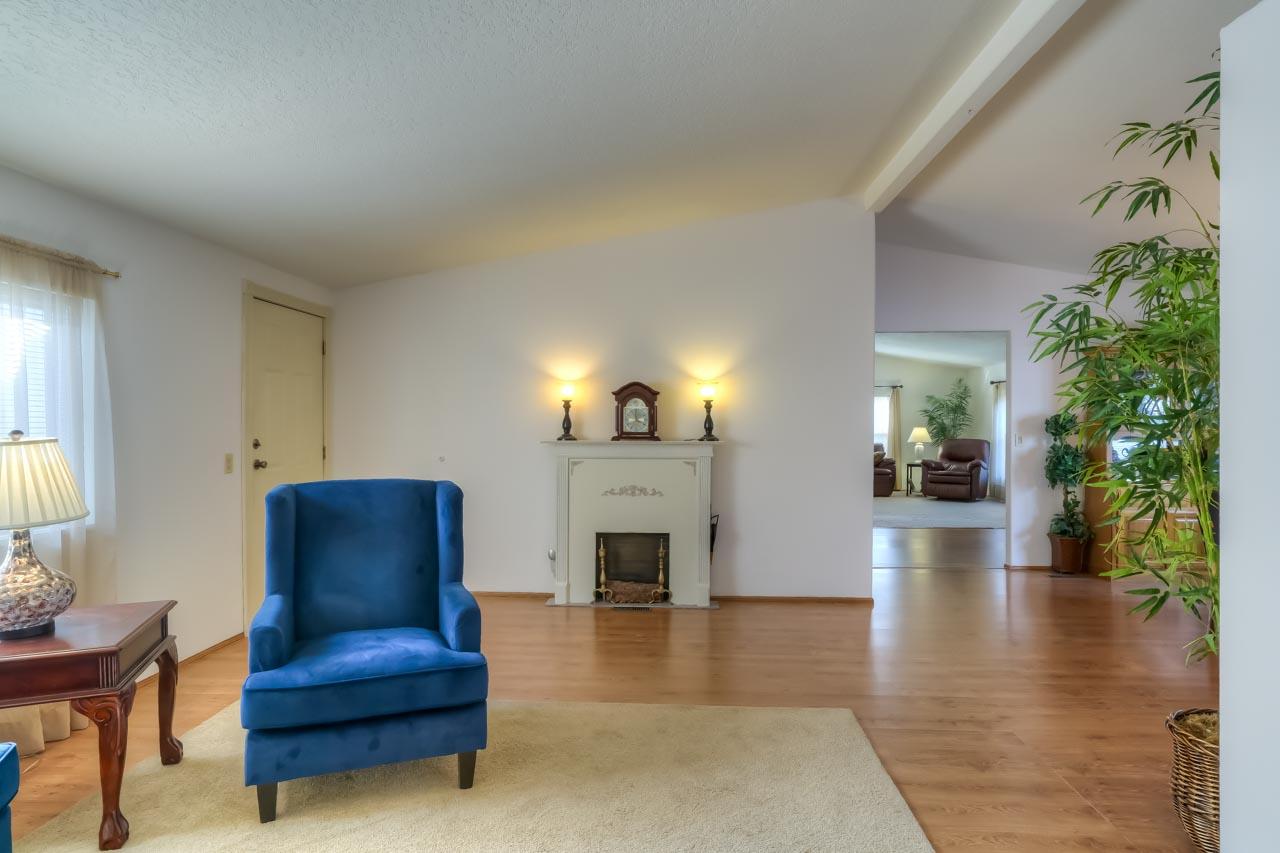 1921 Spicer Wayside SE Albany Oregon-- Living Room